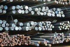 Barres d'acier déformées laminées à chaud a k a barre en acier de renfort Photos libres de droits