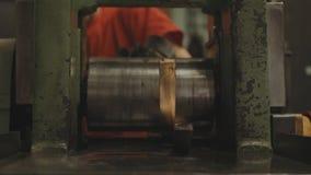 barres d'or Main-roulées Ouvrier traitant le rouleau de tôle d'acier Métallurgie Machine de laminoir pour le roulement Photos stock