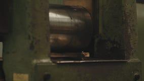 barres d'or Main-roulées Ouvrier traitant le rouleau de tôle d'acier Métallurgie Machine de laminoir pour le roulement Photo libre de droits