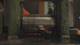 barres d'or Main-roulées Ouvrier traitant le rouleau de tôle d'acier Métallurgie Machine de laminoir pour le roulement banque de vidéos