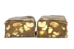 Barres de bonbons au chocolat dans la moiti? sur un fond blanc photographie stock