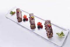 Barres de chocolat assorties servies sur le plateau Images libres de droits
