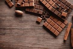 Barres de chocolat avec des grains de café Images libres de droits