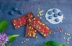 Barres de chocolat avec la pêche et les fraises sèches Photos stock