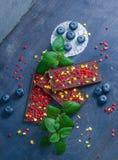 Barres de chocolat avec la pêche et les fraises sèches Image libre de droits