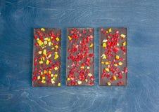 Barres de chocolat avec la pêche et les fraises sèches Photo stock