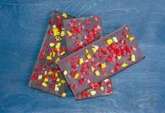 Barres de chocolat avec la pêche et les fraises sèches Images libres de droits