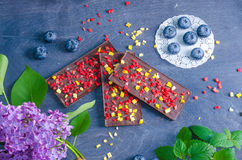 Barres de chocolat avec la pêche et les fraises sèches Image stock