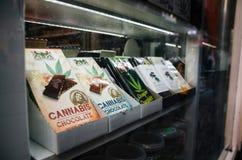 Barres de chocolat avec la vente de marijuana dans une boutique futée au centre de la ville d'Amsterdam Image libre de droits