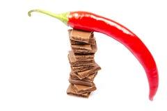 Barres de chocolat avec le poivre d'un rouge ardent Image stock