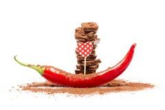 Barres de chocolat avec le poivre d'un rouge ardent Photos stock