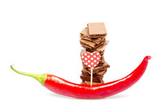 Barres de chocolat avec le poivre d'un rouge ardent Photos libres de droits