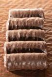 Barres de chocolat sur le plan rapproché de papier brun de fond image stock