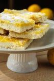 Barres de citron de pâte brisée avec des citrons du plat blanc Photos libres de droits