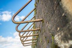 Barres de fer coudées rouillées d'une vieille soute de fin Image stock
