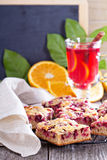 Barres de gâteau de baie avec l'écrimage d'amande de caramel photos libres de droits