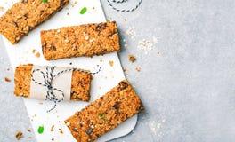 Barres de granola avec des ?crous et des puces de chocolat, casse-cro?te fait maison sain images stock