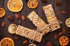 Barres de granola avec des fruits secs et des écrous Photographie stock