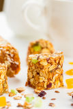 Barres de granola avec les fruits et le miel secs photo libre de droits