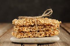 Barres de granola d'orge dans la pile sur le macro de plan rapproché de roche Image libre de droits