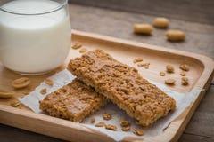 Barres de granola de plat et de verre en bois de lait images stock