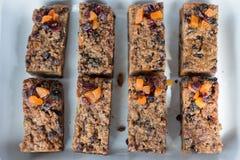Barres de granola faites maison de Muesli et de fruits secs photographie stock libre de droits