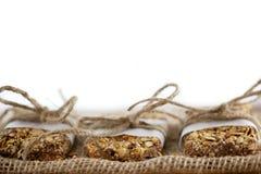Barres de granola rustiques enveloppées avec la ficelle sur la toile de jute BG blanche Photos stock