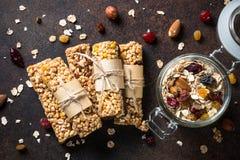 Barres de granola sur la table en pierre foncée Vue supérieure image stock