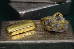 Barres de lingot d'or d'argent et (lingots) et spécimen d'or/quartz Photographie stock libre de droits