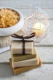 Barres de savon fait main et de cuvette de sel de mer à l'arrière-plan photographie stock libre de droits