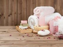 Barres de savon, serviettes, mèches Kit de soin de corps Rose Petals sèche Photos stock