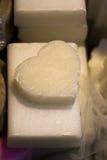Barres de savon sous forme de coeur coloré Images libres de droits