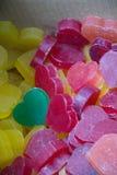 Barres de savon sous forme de coeur coloré Images stock