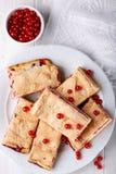 Barres de tarte de fruit de groseille rouge avec la meringue sur le dessus Vue sup?rieure photo stock