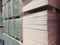barres en bois à la cour de bois de charpente du magasin de matériel Support de panneau précoupé, bois de construction en bois de photographie stock