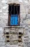 Barres en métal sur la fenêtre antique dans des Frances d'Eze Photo stock