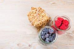 Barres et baies de céréales de granola Images stock