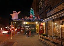 Barres et boutiques de Greenwich Village par la nuit, NY, Etats-Unis Images libres de droits