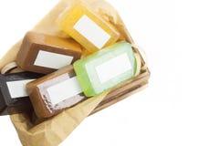 Barres faites main colorées lumineuses de savon dans la moquerie de boîte en bois  Image stock