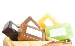 Barres faites main colorées lumineuses de savon dans la moquerie de boîte en bois  photographie stock