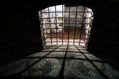 Barres médiévales de cellules de vieille prison foncée de cachot images stock