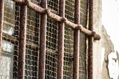 Barres rouillées d'une prison images libres de droits