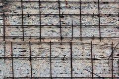 Barres rouillées de renfort de fer dans le mur en béton Photographie stock