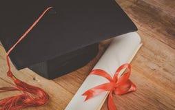 Barrete ou tampão e diploma da graduação imagens de stock royalty free