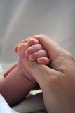 Barretta del bambino della madre appena nata della holding Immagini Stock