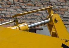 Barretta del cilindro idraulico e meccanismi brillanti del primo piano del macchinario della strada immagini stock libere da diritti