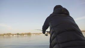 Barretta di filatura della colata del pescatore, d'istruzione per i principianti, attrezzatura per la pesca, rifornimenti stock footage