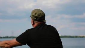 Barretta di lancio del pescatore in un fiume archivi video