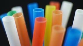 Barretta di plastica variopinta di paglia stock footage