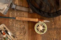 Barretta e bobina di pesca con la mosca con gli accessori fotografia stock libera da diritti